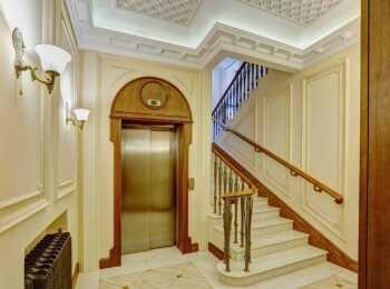 Лифт и лестничный пролет